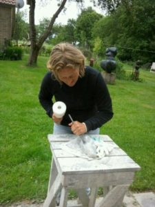 Marieke aan het werk, beeldhouwen in Friesland