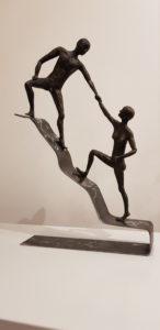 kom kijken, helpende hand, samen, klimmen, naar de top, sculpture, beeld, iets bereiken
