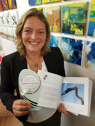 Marieke de Jong ontving de Award of excellence van Trevisan International Art bij de opening van The illusion of reality in Galleria de Marchi in Bologna
