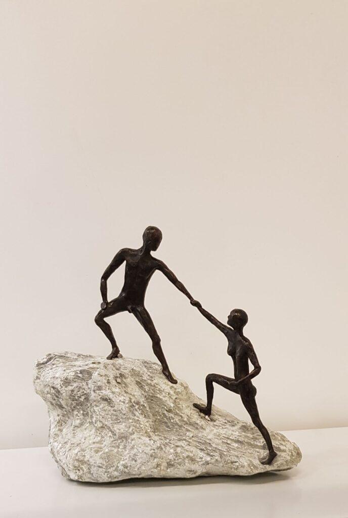 bronzen klimmers, samen iets bereiken, help elkaar, de helpende hand, naar de top, avontuur